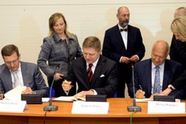 Predseda predstavenstva Tatravagónky A. Beljajev (vpravo), premiér R. Fico a člen predstavenstva Tatravagónky M. Škuta počas podpisu memoranda.