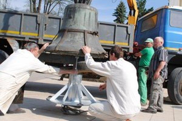 Vrátil sa. Ťažký 500–ročný zvon osadili pomocou žeriavu.
