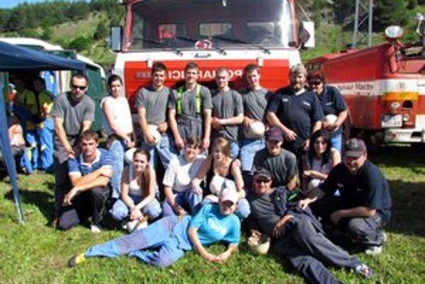 Dobrovoľní hasiči. Ženy a muži na súťaži v Kolinovciach.