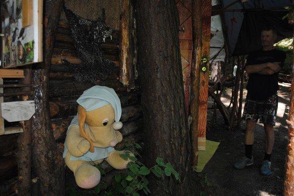 Bezdomovec Dušan má príbytok plný plyšových hračiek.