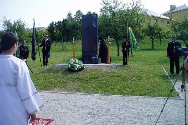 Pamätník obetí banských nešťastí. Banícky cech v Slovinkách na vyhasnuté ľudské životy nezabúda.