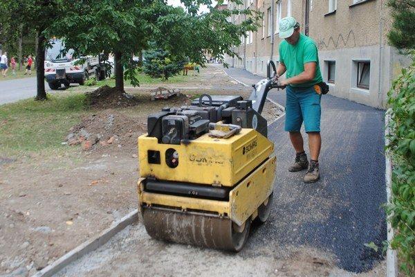 Opravy chodníka sa Novovešťania dočkali.