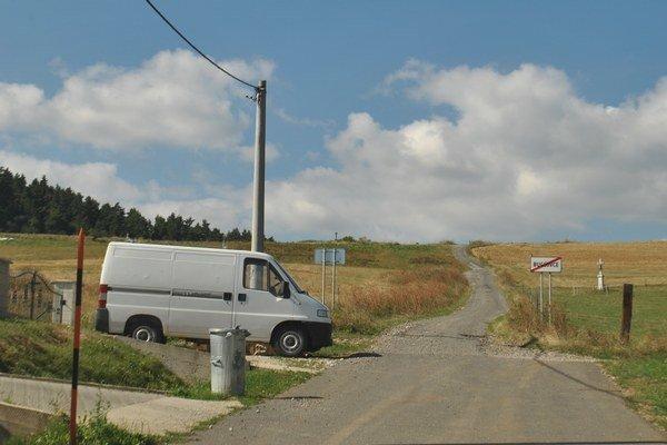 Cesta smer Trsťany. Na horizonte sa stáča doľava. Po pár kilometroch je však už prepadnutá.