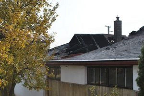 Strecha takmer celá zhorela do tla. Škoda sa vyšplhala na 60-tisíc eur.