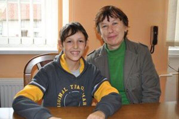 Patrik s mamičkou. Vo svojom desaťročnom živote zažil veľa bolesti a trápenia. Oporou mu bola mamka Mária.