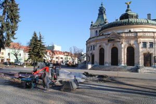 Fontána pred redutou bude už minulosťou, miesto vydláždia českou žulou.