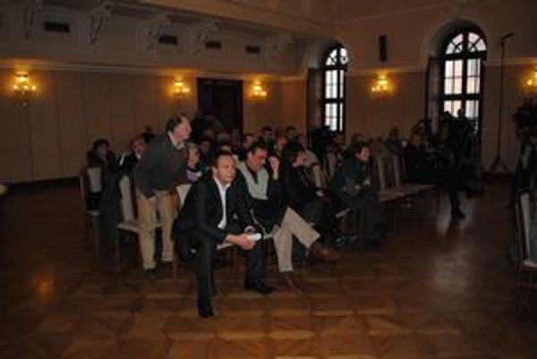 Levočania. Niektorí obyvatelia mesta prišli podporiť M. Vilkovského (na snímke celkom vľavo). Zdá sa, že sily v Levoči sú vyrovnané. Voľby sa totiž vždy skončili tesným rozdielom hlasov.