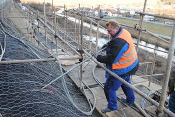 Kotvy. Špeciálne kotvy spolu s oceľovou sieťou a betónovou vrstvou by mali zabezpečiť stabilitu svahu