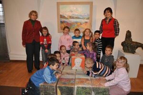 Škôlkari z Gorazdovej. Kocky z textilu im učarovali. Na snímke vľavo A. Timková.