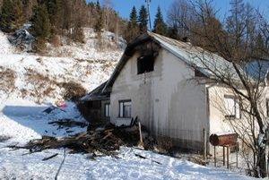 Požiar zničil dreváreň za domom, časť strechy aj zariadenia.