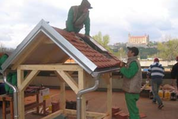 Súťažiaci žiaci prezentujú svoju prácu na Majstrovstvách Slovenska strechárskych remesiel žiakov odborných škôl. Zorganizoval ju minulý týždeň Cech strechárov Slovenska na stavebnom veľtrhu Coneco 2008 v Bratislave.