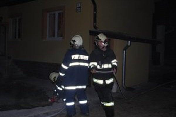 Dom v Novoveskej Hute. Rýchly zásah hasičov uchránil majetok.