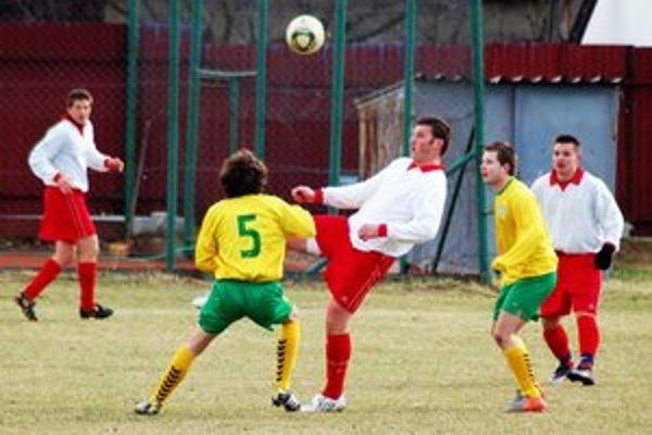 Kvalitné derby. V mrazivom a veternom počasí odohrali Harichovčania s Prakovcami kvalitný futbalový súboj.