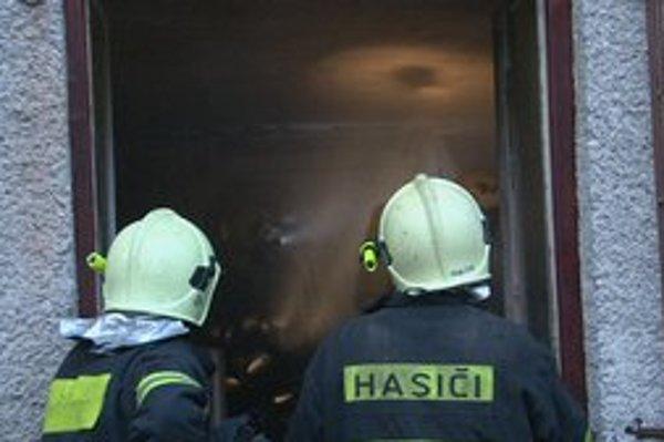 Zásah hasičov. Hustý dym komplikoval hasenie.
