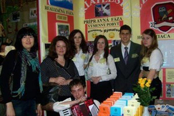 Úspešní študenti. Na súťaž ich pripravili učiteľky Tatiana Znancová a Daniela Waresová.