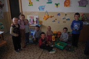 Materská škola. Navštevuje ju desať detí, z toho traja z nich sú súrodenci.