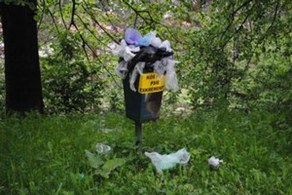 Plný odpadkový koš. Na sídlisku Tarča stál niekoľko týždňov.