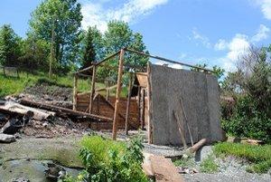 Prístrešok. Vyhorenci začali so stavbou tohto objektu. Podľa stavebného úradu je to len prístrešok či konštrukcia. Nesmú tu však kúriť či zapájať elektrické spotrebiče.