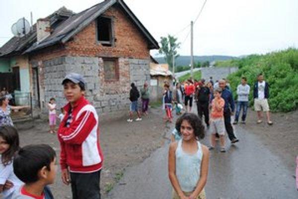 Smižianska osada. Je navlas rovnaká ako desiatky iných rómskych osád na východe Chatrče, nezamestnanosť, bieda...