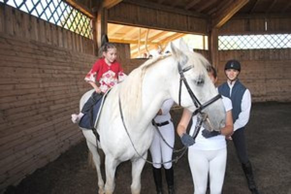 Aneta. Jazda na koni sa jej veľmi páči, hoci je v tom nováčik.