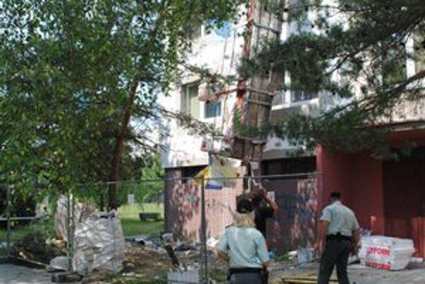 Na sídlisku v Spišskej Novej Vsi sa zrútila pracovná plošina s robotníkmi.
