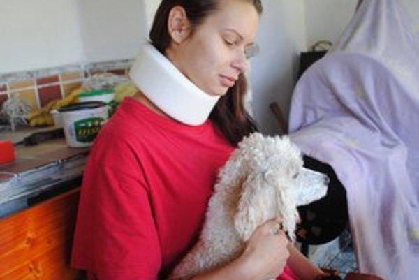 Napadnutá čašníčka. Dodnes sa lieči zo zranení. Od dĺžky jej práceneschoposti závisí, či útočníkov obvinia aj z ublíženia na zdraví.