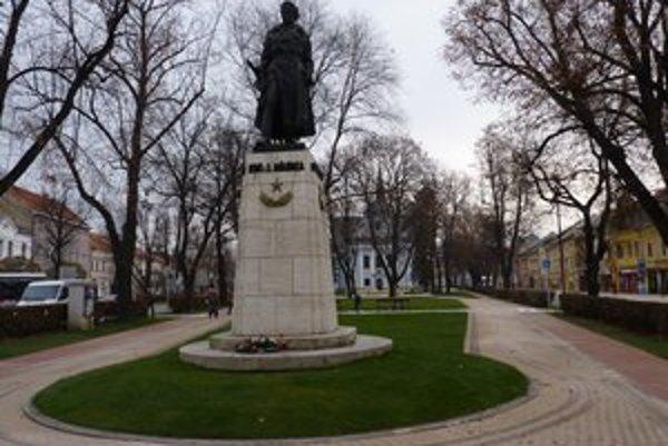 Socha kpt. Jána Nálepku stojí v centre Spišskej Novej Vsi.