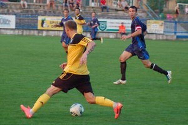 Rekordný gól nepomohol. Hoci domáci kanonier Volodymyr Stadnyk (v bielom pri lopte) zaznamenal rekordný gól Spišiakov, na víťazstvo s Humenným to nestačilo.