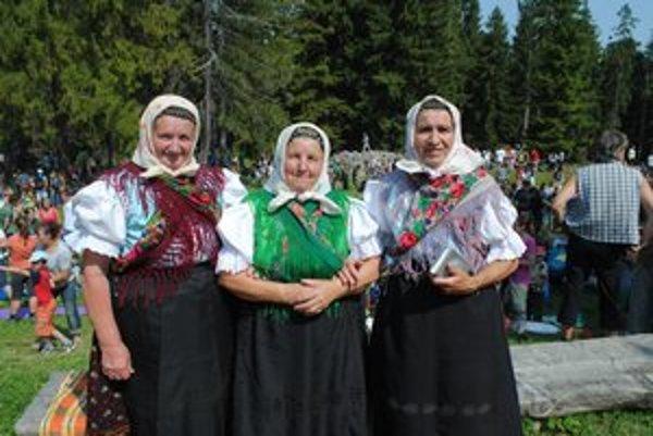Kamarátky. Na Kláštorisko prišli v tradičných krojoch.