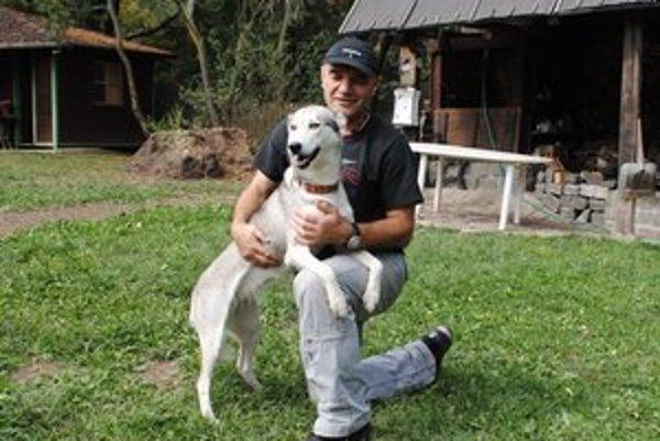 Michal Kuvik. Venuje sa okrem iného aj chovu záprahových psov. Práve pri ich tréningu objavil v Javorine možno budúci poklad.