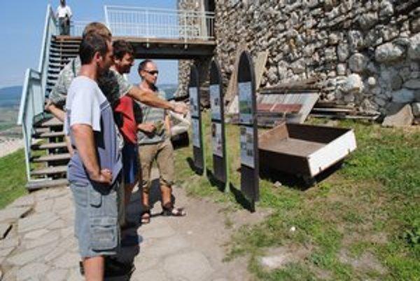 Informačné tabule. Inštalovali ich s cieľom informovať návštevníkov, aké živočíchy sú na Spišskom hrade.