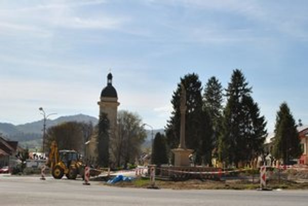 """Kruhový objazd. Pri jeho výstavbe objavili pri Mariánskom stĺpe netradičný """"poklad"""" z histórie."""
