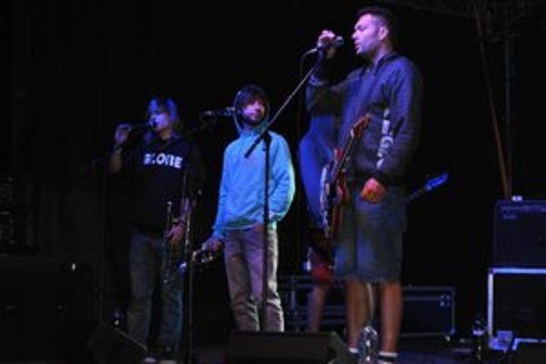 Členov kapely Smola a hrušky metanolová kauza nenechala ľahostajnými.