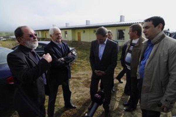Starosta Letanoviec Michal Urban (vľavo) diskutuje s Rudolfom Chmelom (druhý zľava), Pavlom Hrušovským (tretí zľava) a Petrom Pollákom (vpravo) počas poslaneckého prieskumu v Letanovciach.