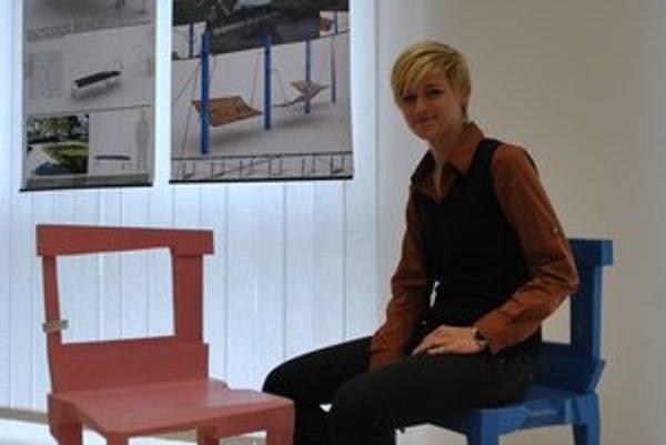 Júlia. Pri pestrofarebných stoličkách sa inšpirovala partitúrou.