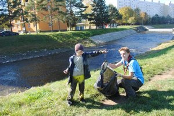 Najmladší. Upratovať okolie Hornádu prišiel aj 6-ročný Šimon.