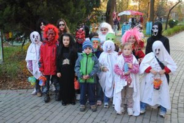 Deti z Rudnian. Dali si záležať na svojich maskách, pomáhali im rodičia.