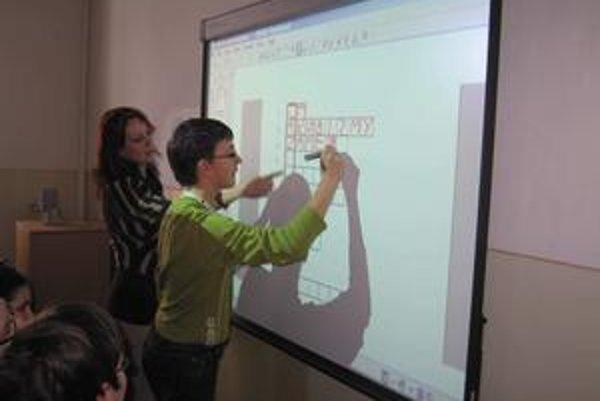 Moderná tabuľa. Využitie je rôznorodé, pomôcka obsahuje programy takmer na všetky vyučovacie predmety.