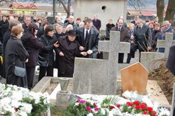 Posledné zbohom. Miroslavovu manželku a deti zlomil žiaľ.