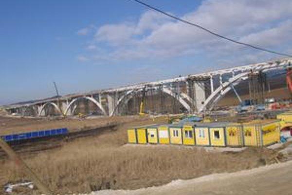 Most. Pri križovatke Spišské Podhradie bude súčasťou diaľničného úseku most. Nesie sa v duchu spišskej gotiky.