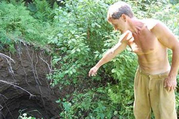 Šok pri kosení. Zažil R. Vilčko, keď vo svojej záhrade objavil obrovskú dieru.