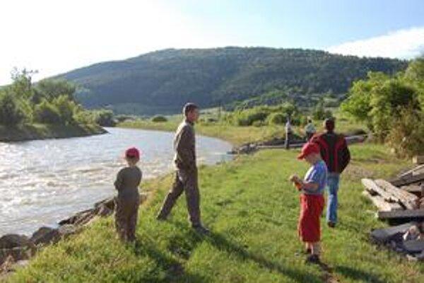 Zvedavci. Blízko nálezu pri Hornáde sa združovali skupinky zvedavcov. Zvedavé boli najmä deti.