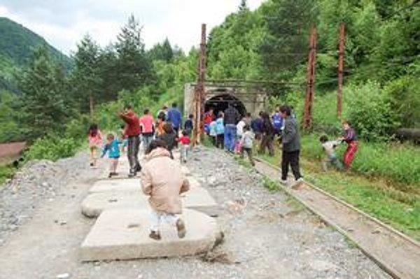 Miesto včerajšieho nešťastia. Deti sa pri trati hrajú často, bez dozoru rodičov.