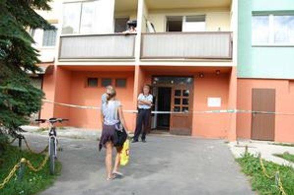 Obyvatelia paneláka. Snažili sa dostať dovnútra, no bytovku na niekoľko hodín uzavreli.