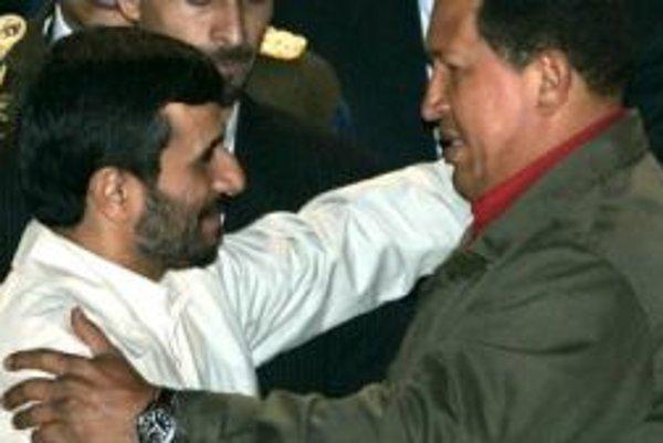 Mahmúd Ahmadínežád (vľavo) a Hugo Chávez už viac nemajú záujem o dolár.