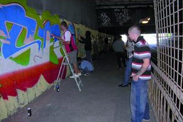 Vlaňajší festival. Grafiťáci vyzdobili podchod z jeden strany. Teraz je na rade strana druhá.