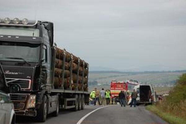 Dodávku po náraze s ťahačom s nákladom dreva odhodilo na krajnicu.