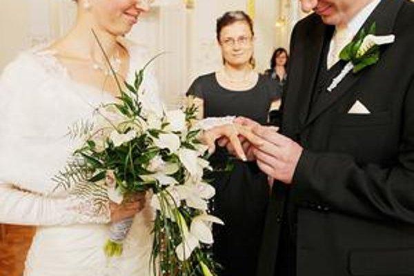 Lucia a Miroslav. Spoznali sa 15. 5. 2005, svadbu mali 10. 10. 2010. Netradičné termíny, zdá sa, majú u nich tradíciu.