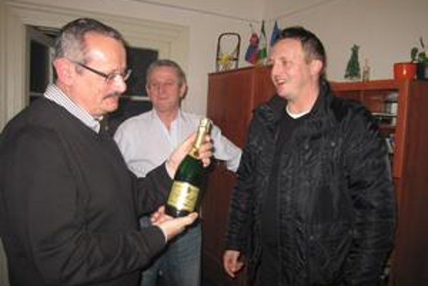 Ako prví staronovému primátorovi Spišskej Novej Vsi blahoželali miestni hokejisti.