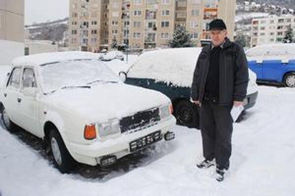 Okradnutý. Zo škodovky, ktorá patrí J. Mitríkovi, ukradli zlodeji značky s evidenčným číslom.